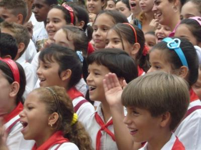 Los niños cubanos saludamos a los trabajadores