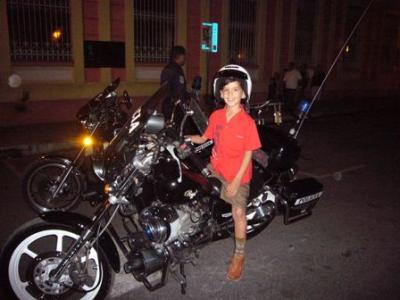 En la moto del policía, !con casco y todo!